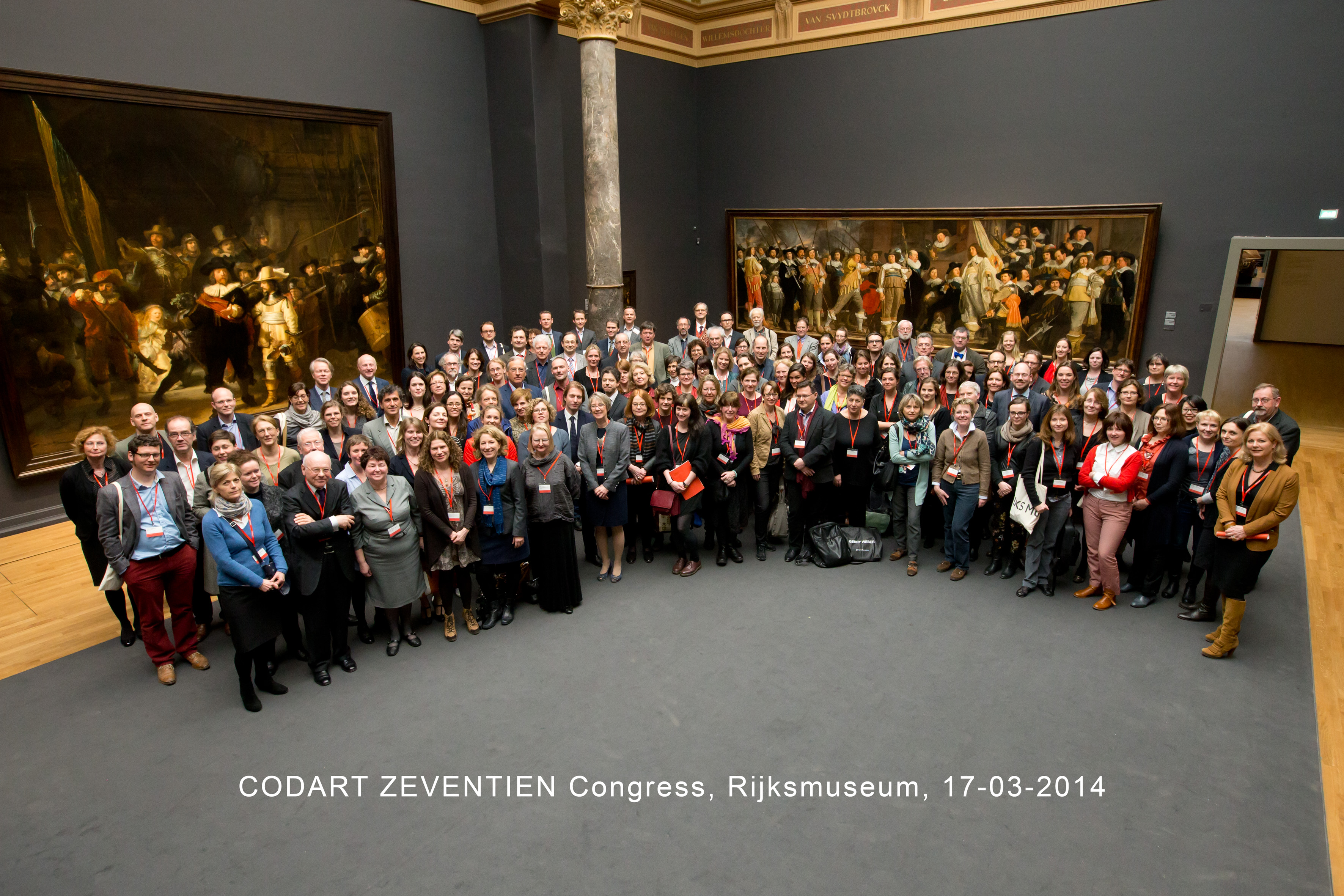 Participants CODART ZEVENTIEN congress in front of The Nightwatch. Photo by Paul Ridderhof