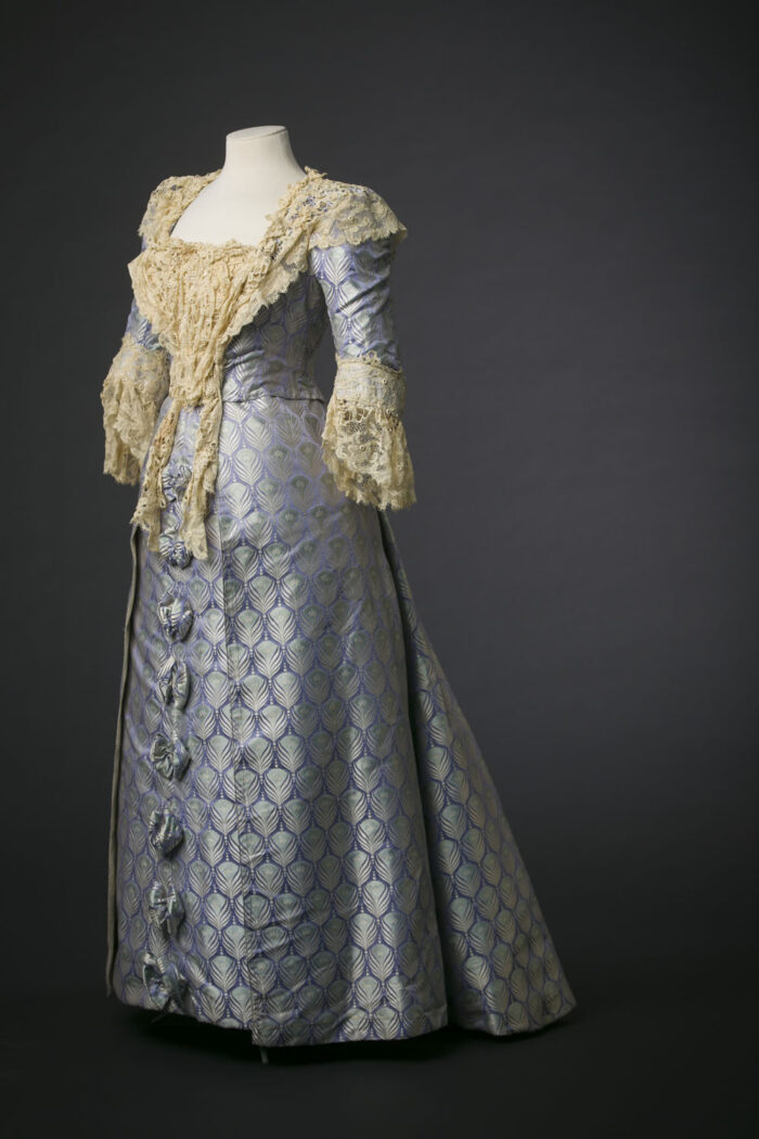 Fig.1 Jean-Philippe Worth voor Maison Worth, <em>Brocaded silk satin with turquoise & silver peacock feathers on lilac ground</em>, ca. 1895. Modemuseum Hasselt © Modemuseum Hasselt/Kristof Vrancken