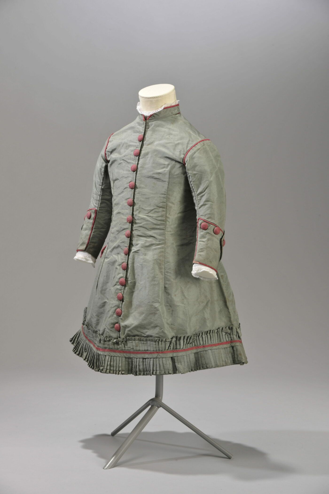 Fig. 3 Green silk boy's dress with burgundy finishes, 1870-80. Modemuseum Hasselt © Modemuseum Hasselt/Frank Gielen