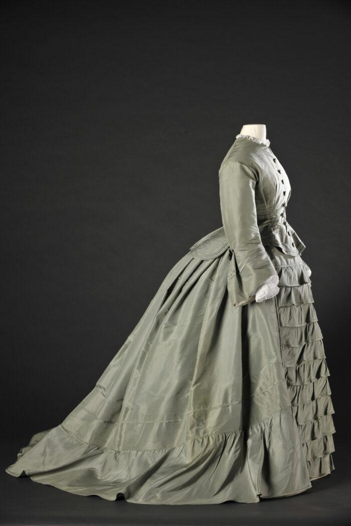 Fig.5 <em>Green silk dress</em>, ca. 1860. Modemuseum Hasselt © Modemuseum Hasselt/Frank Gielen