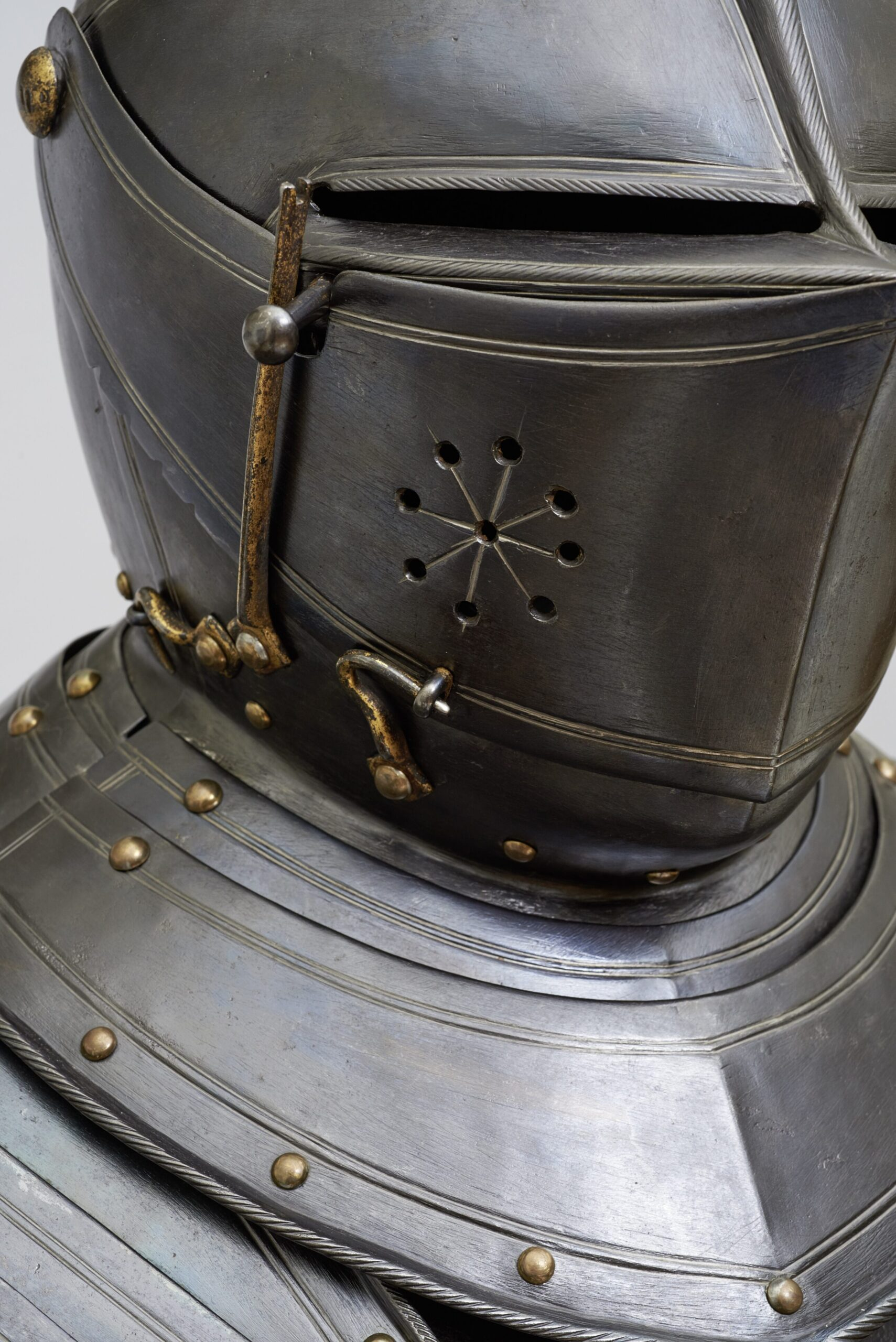 Fig. 5: Detail of the helmet of The cavalry armor made for Maurits, prince of Orange