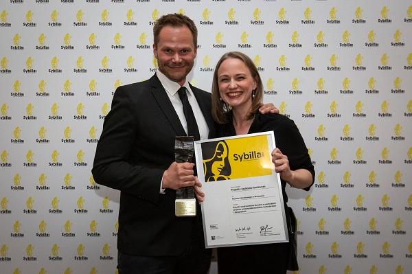 Piotr Borusowski and Aleksandra Janiszewska with the Sybilla Award Photo: Narodowy Instytut Muzealnictwa i Ochrony Zbiorów