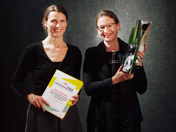 Alice Hoppe-Harnoncourt, Scientific Associate of the Kunsthistorisches Museum, and Sabine Pénot, Curator of Netherlandish and Dutch Paintings of Kunsthistorisches Museum, holding the award made by artist Kai Schiemenz. (Photo: Henning Ross for ART magazine)